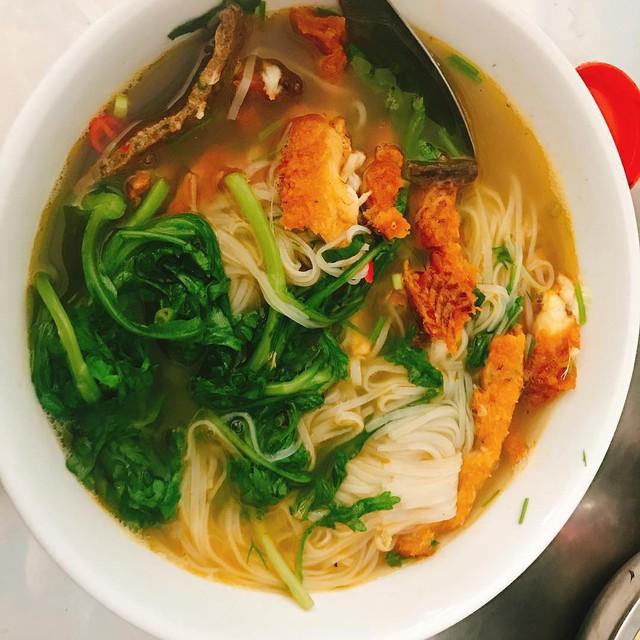 Food tour Hà Nội được báo Anh ca ngợi hết lời, đề xuất không thể bỏ qua bánh canh cá rô, bánh cuốn, cà phê - Ảnh 6.