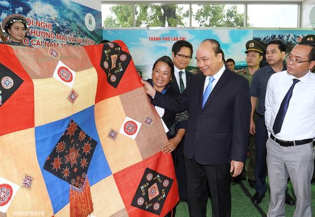 Chùm ảnh: Thủ tướng dự Hội nghị xúc tiến đầu tư, thương mại, du lịch Lào Cai - Ảnh 2.