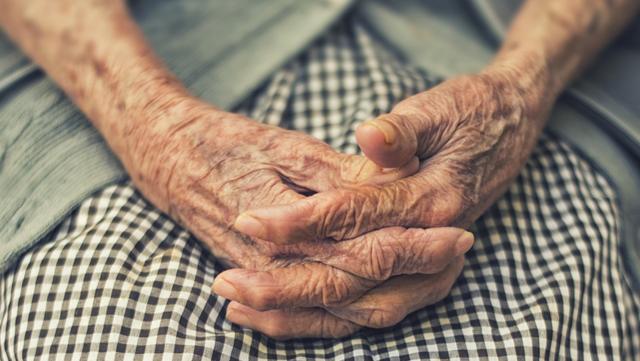 Tiếng khóc nghẹn của cha mẹ tuổi 70: Nhờ con dưỡng già không bằng BÁN THÂN dưỡng lão còn hơn! - Ảnh 1.