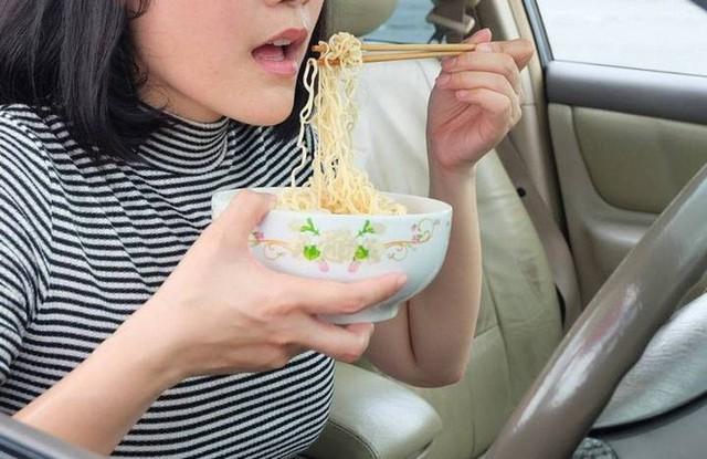 Xu hướng kỳ lạ đang nở rộ tại Nhật Bản: Thuê xe nhưng không dùng để lái mà chỉ để làm nơi ăn, ngủ, làm việc và cất đồ  - Ảnh 3.