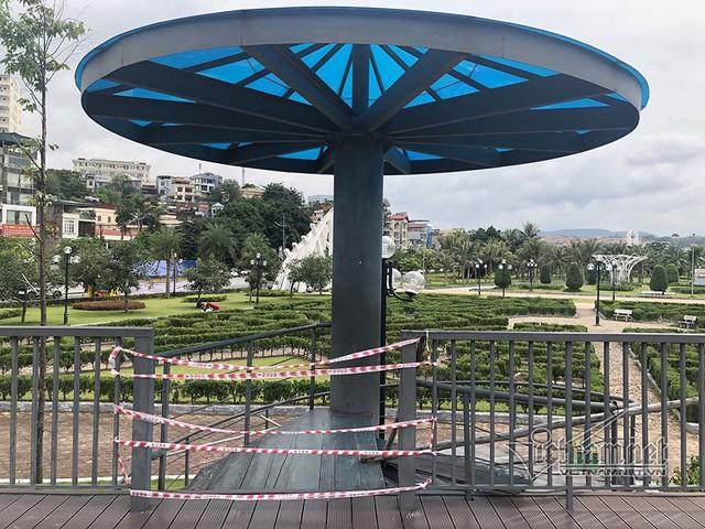 Công viên hiện đại ở Quảng Ninh, cầu đi bộ thành nơi ươm nấm - Ảnh 2.