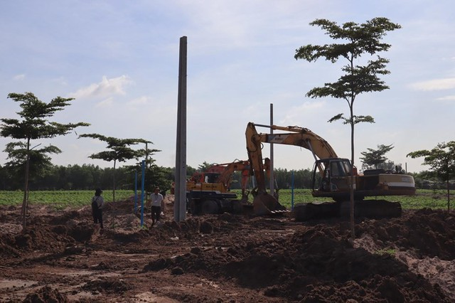 Cưỡng chế đường xây dựng trái phép trên đất nông nghiệp - Ảnh 1.