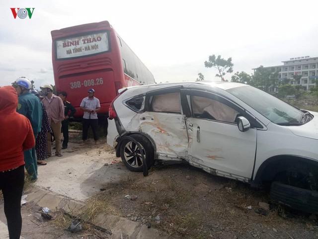 Va chạm với xe ô tô khách giường nằm khiến 2 người bị thương nặng - Ảnh 1.