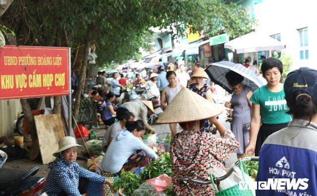 Hình ảnh xấu xí, nhếch nhác như ở chợ quê ngay tại khu đô thị kiểu mẫu Thủ đô - Ảnh 4.