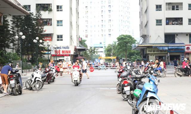 Hình ảnh xấu xí, nhếch nhác như ở chợ quê ngay tại khu đô thị kiểu mẫu Thủ đô - Ảnh 6.