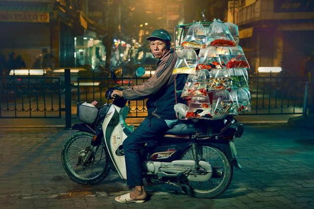 [Ảnh] Nền kinh tế trên yên xe máy ở Việt Nam qua ống kính phóng viên The Guardian - Ảnh 1.