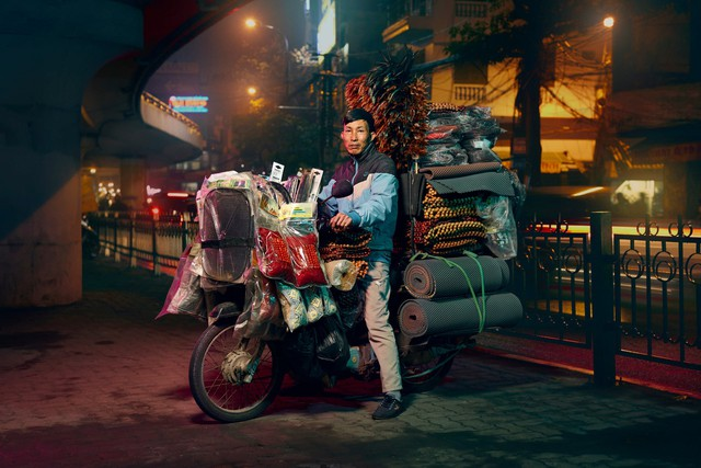 [Ảnh] Nền kinh tế trên yên xe máy ở Việt Nam qua ống kính phóng viên The Guardian - Ảnh 4.