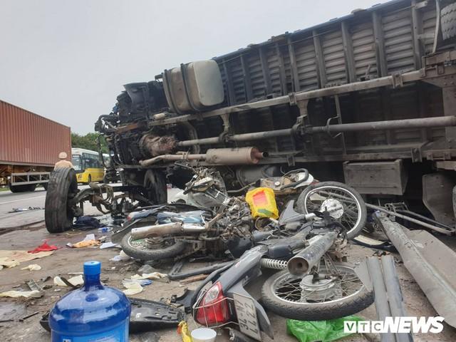 Ảnh: Giao thông Quốc lộ 5 tê liệt hàng chục km sau 3 vụ tai nạn liên tiếp làm 7 người chết - Ảnh 1.