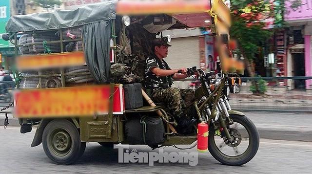 Xe thô sơ chở hàng cồng kềnh nghênh ngang trên phố Hà Nội - Ảnh 1.