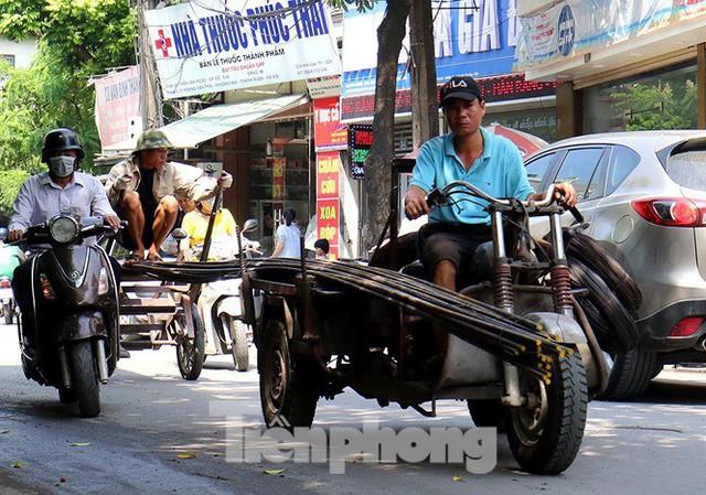 Xe thô sơ chở hàng cồng kềnh nghênh ngang trên phố Hà Nội - Ảnh 2.