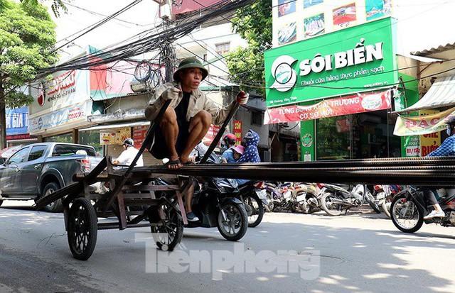 Xe thô sơ chở hàng cồng kềnh nghênh ngang trên phố Hà Nội - Ảnh 3.