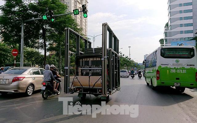 Xe thô sơ chở hàng cồng kềnh nghênh ngang trên phố Hà Nội - Ảnh 4.