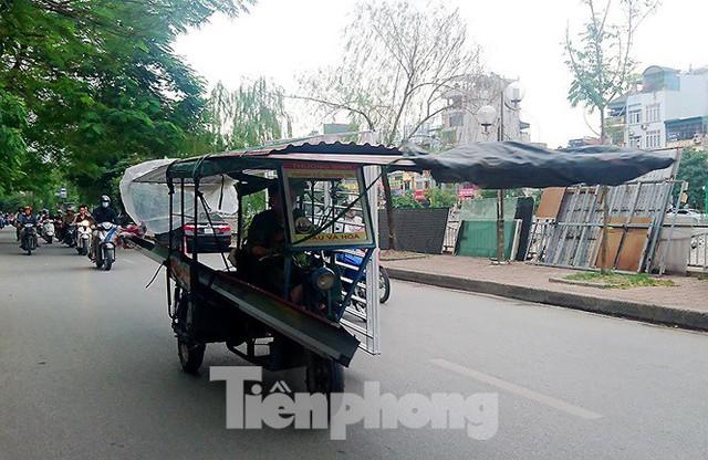 Xe thô sơ chở hàng cồng kềnh nghênh ngang trên phố Hà Nội - Ảnh 5.