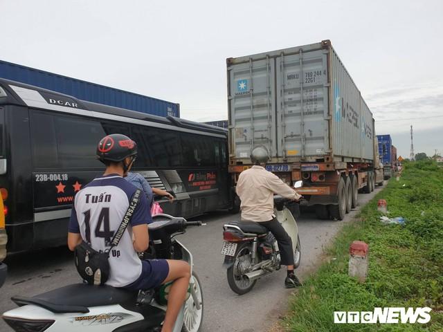Ảnh: Giao thông Quốc lộ 5 tê liệt hàng chục km sau 3 vụ tai nạn liên tiếp làm 7 người chết - Ảnh 6.