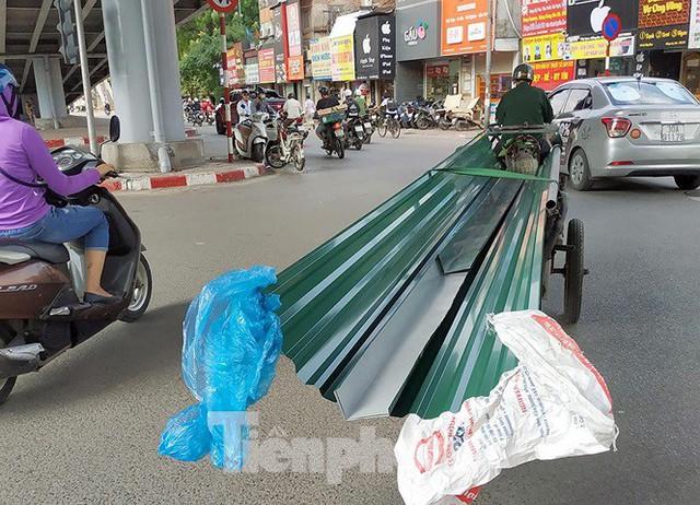 Xe thô sơ chở hàng cồng kềnh nghênh ngang trên phố Hà Nội - Ảnh 6.