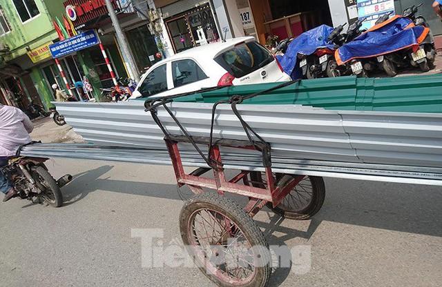 Xe thô sơ chở hàng cồng kềnh nghênh ngang trên phố Hà Nội - Ảnh 7.