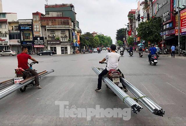 Xe thô sơ chở hàng cồng kềnh nghênh ngang trên phố Hà Nội - Ảnh 8.