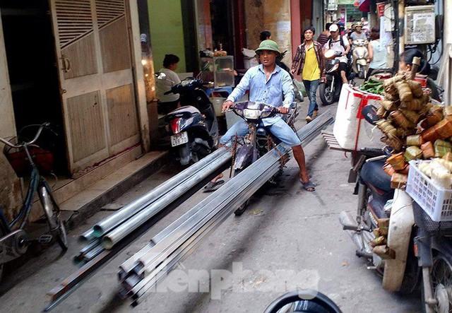Xe thô sơ chở hàng cồng kềnh nghênh ngang trên phố Hà Nội - Ảnh 9.