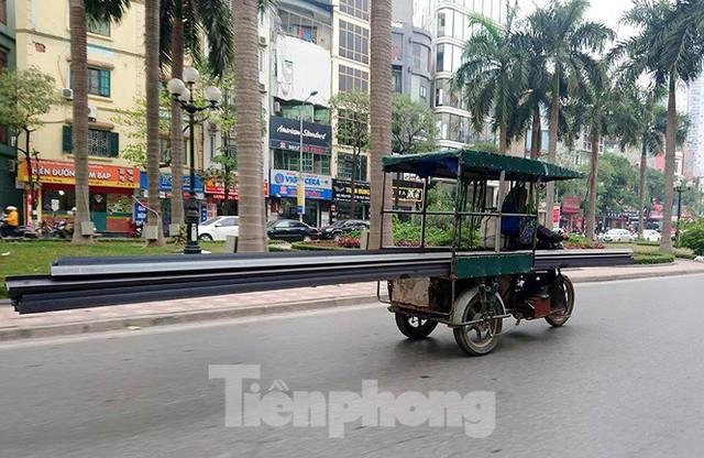 Xe thô sơ chở hàng cồng kềnh nghênh ngang trên phố Hà Nội - Ảnh 10.