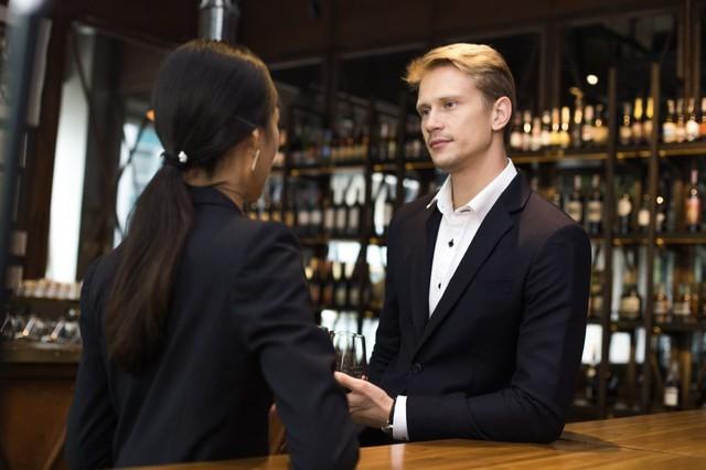 Nếu sếp mời đi uống sau giờ làm, đừng quên bỏ túi 6 bí kíp sau để gây ấn tượng kẻo mất việc như chơi! - Ảnh 1.