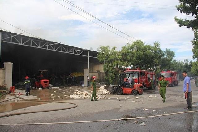 Kho nguyên liệu công ty sợi ở Thừa Thiên-Huế bốc cháy dữ  - Ảnh 1.