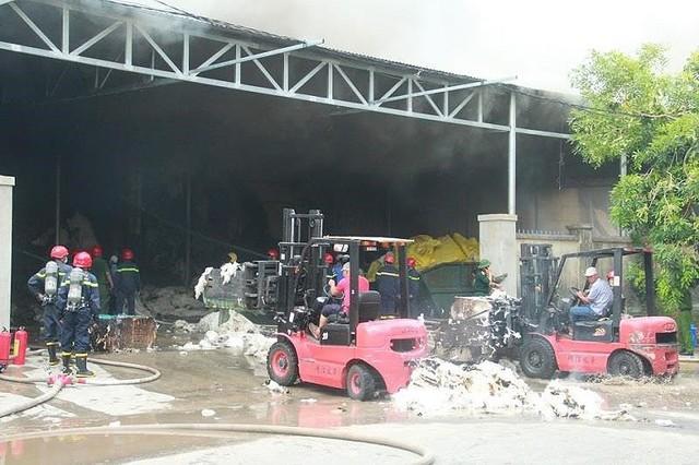 Kho nguyên liệu công ty sợi ở Thừa Thiên-Huế bốc cháy dữ  - Ảnh 2.