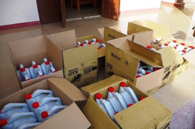 Phát hiện cơ sở sản xuất dầu nhớt giả nhãn hiệu Castrol - Ảnh 2.