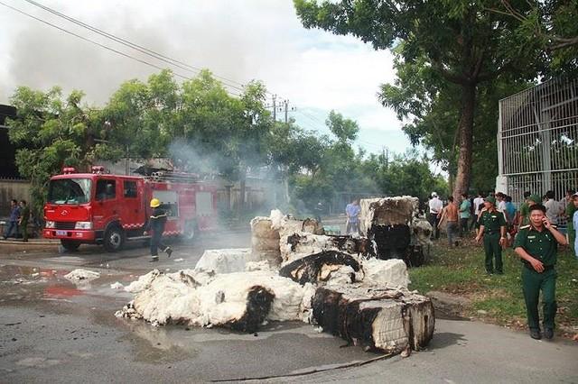 Kho nguyên liệu công ty sợi ở Thừa Thiên-Huế bốc cháy dữ  - Ảnh 3.
