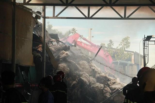 Kho nguyên liệu công ty sợi ở Thừa Thiên-Huế bốc cháy dữ  - Ảnh 6.
