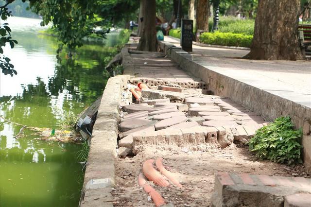 Bờ kè Hồ Gươm xuống cấp nghiêm trọng khiến người dân lo lắng - Ảnh 1.