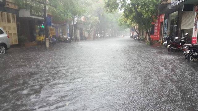 Hà Nội vừa mưa to, nhiều tuyến đường ngập sâu - Ảnh 1.