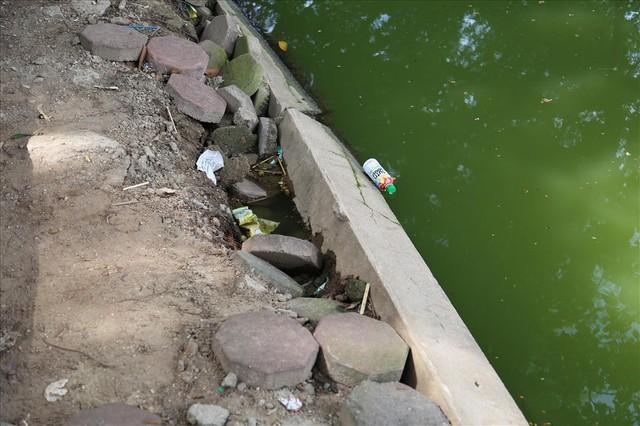 Bờ kè Hồ Gươm xuống cấp nghiêm trọng khiến người dân lo lắng - Ảnh 11.