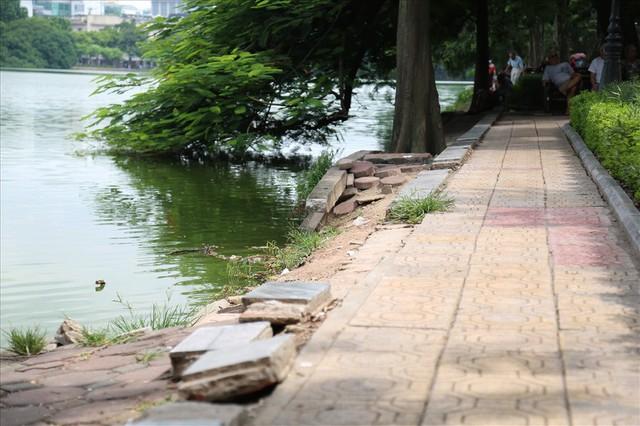 Bờ kè Hồ Gươm xuống cấp nghiêm trọng khiến người dân lo lắng - Ảnh 14.