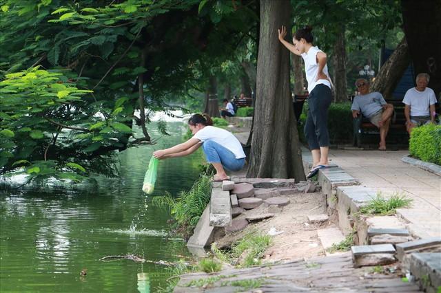 Bờ kè Hồ Gươm xuống cấp nghiêm trọng khiến người dân lo lắng - Ảnh 3.