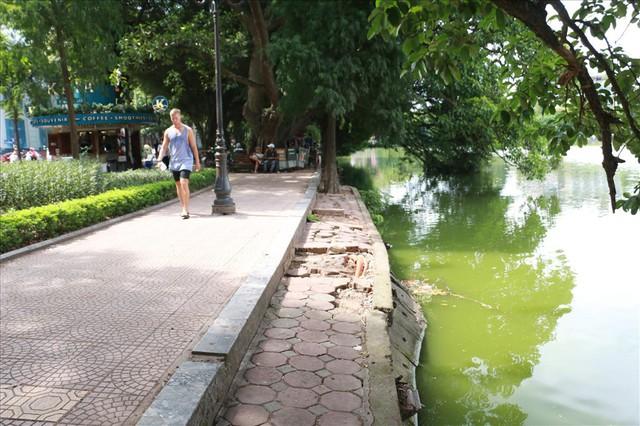Bờ kè Hồ Gươm xuống cấp nghiêm trọng khiến người dân lo lắng - Ảnh 5.