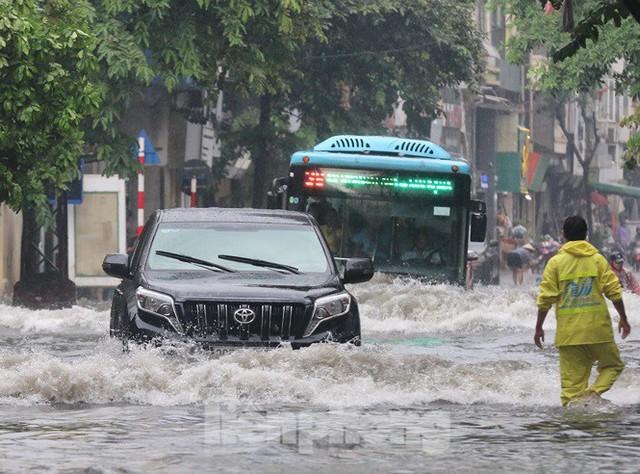 Xế hộp bơi trong bể nước Hà thành sau cơn mưa lớn - Ảnh 5.