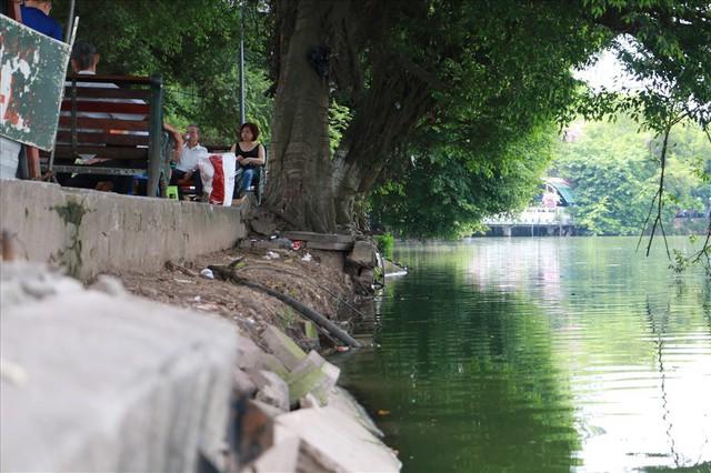 Bờ kè Hồ Gươm xuống cấp nghiêm trọng khiến người dân lo lắng - Ảnh 6.