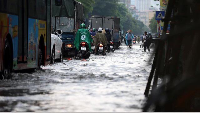 Xế hộp bơi trong bể nước Hà thành sau cơn mưa lớn - Ảnh 6.