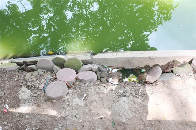 Bờ kè Hồ Gươm xuống cấp nghiêm trọng khiến người dân lo lắng - Ảnh 8.