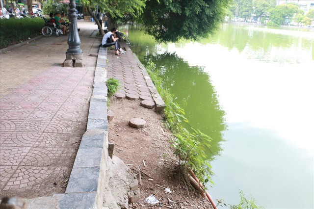 Bờ kè Hồ Gươm xuống cấp nghiêm trọng khiến người dân lo lắng - Ảnh 10.