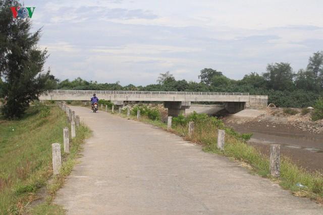 Ảnh: Cây cầu 36 tỷ không có đường dẫn nằm phơi mưa nắng ở Hà Tĩnh - Ảnh 2.