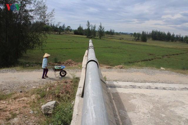 Ảnh: Cây cầu 36 tỷ không có đường dẫn nằm phơi mưa nắng ở Hà Tĩnh - Ảnh 8.