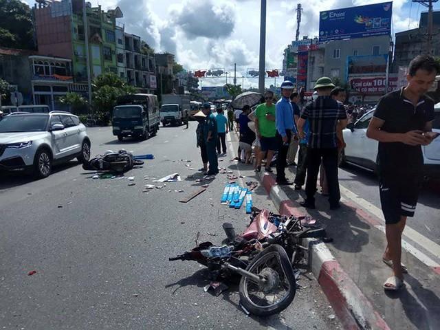Ô tô khách ủi hàng loạt xe máy ở cầu Bãi Cháy, 5 người thương vong - Ảnh 1.