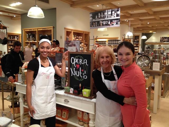 Biến ước mơ trở thành hiện thực ở độ tuổi xế chiều, câu chuyện thành công đằng sau tiệm bánh OperaNuts của người phụ nữ này khiến nhiều người phải nể phục - Ảnh 1.