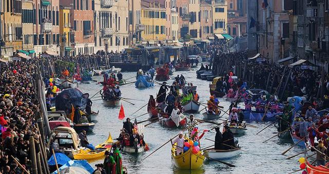 Chắc chỉ có Venice (Ý) mới có những điều luật lạ lùng như này, đến cả việc du khách… ngồi cũng cấm đoán - Ảnh 4.