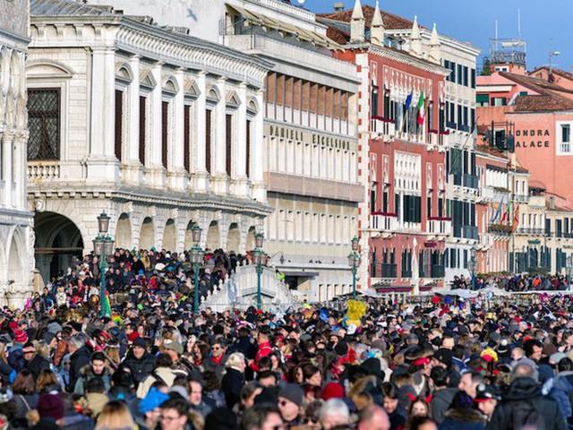 Chắc chỉ có Venice (Ý) mới có những điều luật lạ lùng như này, đến cả việc du khách… ngồi cũng cấm đoán - Ảnh 3.