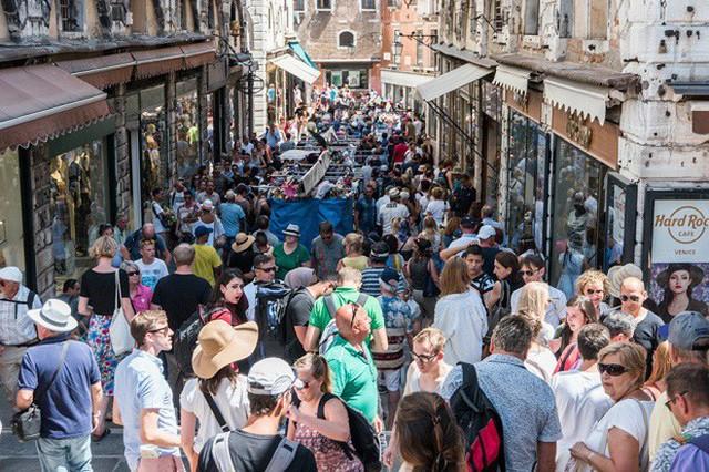 Chắc chỉ có Venice (Ý) mới có những điều luật lạ lùng như này, đến cả việc du khách… ngồi cũng cấm đoán - Ảnh 2.