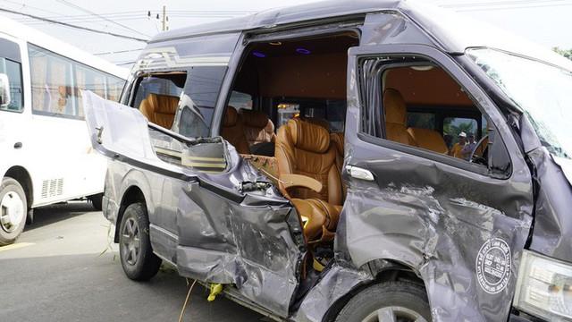 Sau tiếng động, tá hỏa thấy xe Limousine nằm dưới hố, xe khách lao sát nhà dân - Ảnh 4.