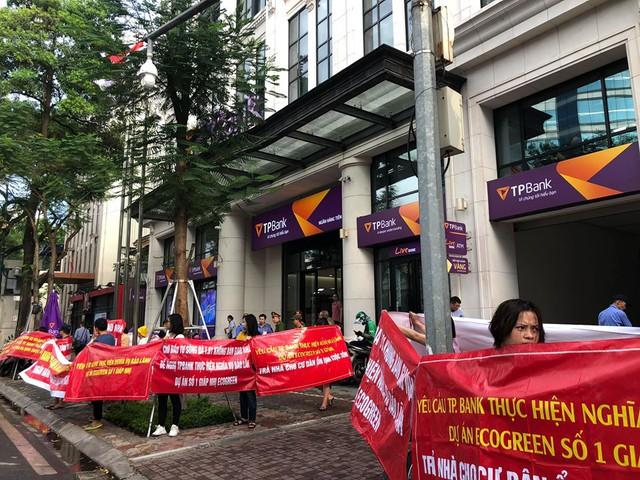 Kêt từ đầu năm đến nay, cư dân đã nhiều lần lên tận Hội sở chính TPbank nhưng đều không có kết quả.