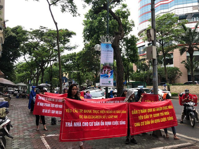 Cư dân căng băng rôn trước hội sở TPbank ngày 1/7 .